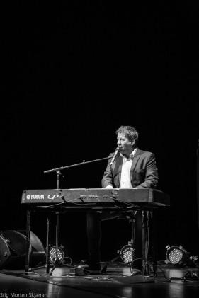 bilde av Bjarne Brøndbo ved piano