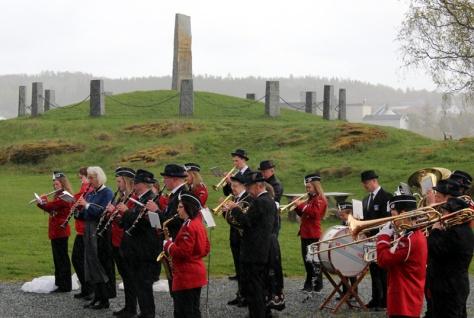 """Regnfull start på dagen ved Tinghaugen. Musikk ved Frosta skolemusikk og """"Klang"""""""