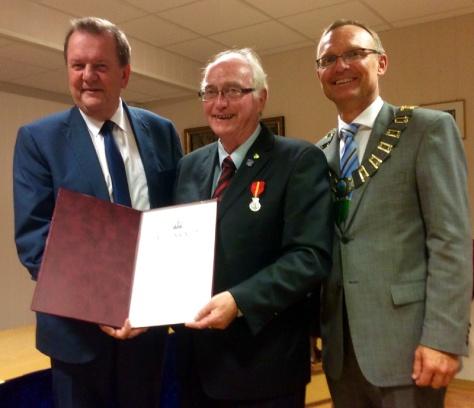 En stolt og glad prisvinner flankert av Fylkesmann Inge Ryan og ordfører Johan Petter Skogseth