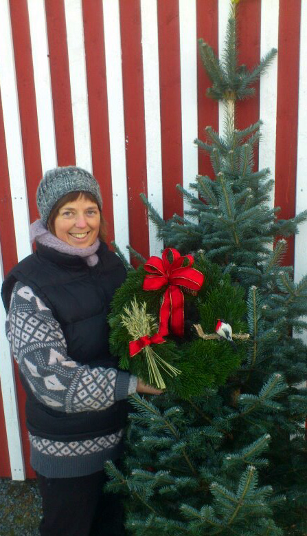 Eva og Roar Hojem stiller som vanlig opp med salg av kranser og juletre