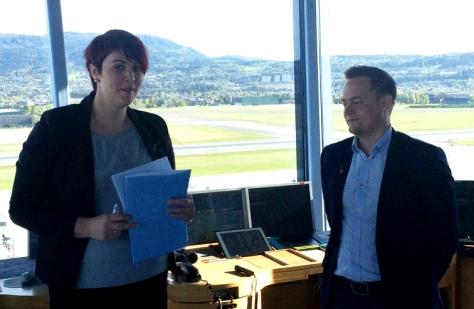 Frosta-ordfører Trine Haug og Stjørdal-ordfører Ivar Vigdenes underskrev intensjonsavtalen på Værnes. Foto: Frode Eitrem / NRK.
