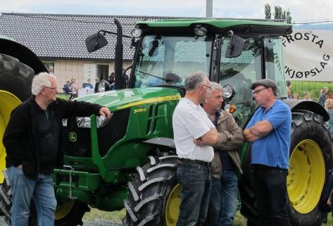Diskusjon om traktorer hører alltid med på Frostadan! Foto: Britt Line Tvete
