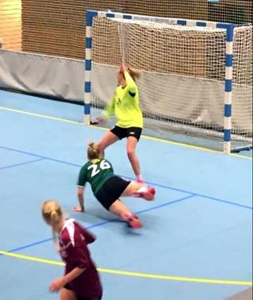 Elin Hagnes Berg i duell mot keeperen til Ogndal/Steinkjer under lørdagens kamp