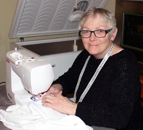 Liv Inger Østerlie fikk fart på symaskina for å få ferdig nye gardiner til litj'salen